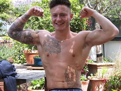 Trainer Shows His Muscled Bod from English Lads